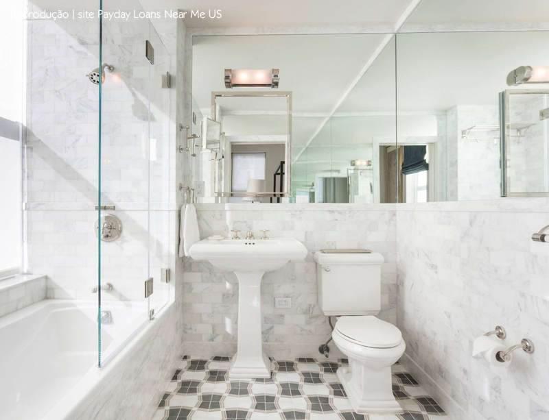 banheiro pequeno com espelho