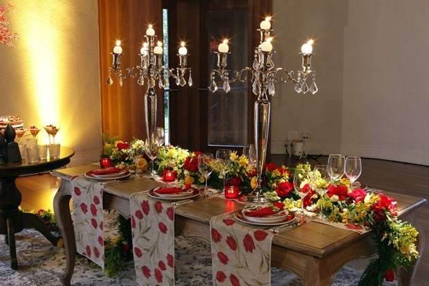 Castiçais na mesa da ceia de Natal